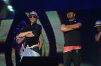 SRK and Yo Yo Honey Singh perform on Lungi ....JPG