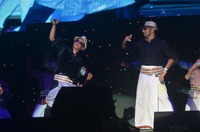 SRK and a audience member perform on Lungi ....JPG