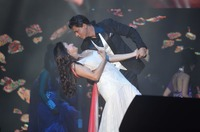 SRK and Madhuri Dixit-Nene perform for Temp....JPG