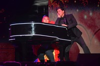 SRK performces with a fan for Temptation Re....JPG